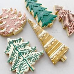 beautiful christmas cookies Weihnachtspltzchen This handy tool makes decorating easy and fun and fits in your hand, Perfect for a child to handle as well cookies by arloscookies Christmas Sugar Cookies, Holiday Cookies, Holiday Treats, Christmas Treats, Holiday Fun, Gingerbread Cookies, Noel Christmas, Christmas Goodies, Christmas Desserts