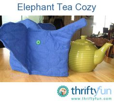 Tea cozies are sure to keep your tea warm in the pot much longer than not having one. Plus this one is way cute! This craft would also make a great gift for tea drinkers. Best Iced Coffee, Little's Coffee, Tea Cozy, Crafty Craft, Cozies, Tea Cosies, Craft Projects, Craft Ideas, Cosy