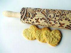 Rouleau de printemps gaufrage. Dessin de fleurs. Pâtisserie gravé avec des fleurs et des papillons pour les cookies en relief. Poterie