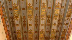 30-El castillo de Sully-sur-Loire:  Vestibulo. Se accede al comedor por el vestibulo del castillo que ha recobrado su decoración antigua con el monograma MBS