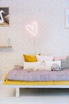 Papier peint blanc et rose pour la chambre, ambiance cosy et reposante