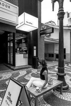 The Coffee Comendador - Arquitetura Comercial Small Coffee Shop, Coffee Shop Bar, Coffee Shop Design, Coffee Love, Coffee Shops, Modern Restaurant, Restaurant Exterior, Cafe Bar, Cafe Shop