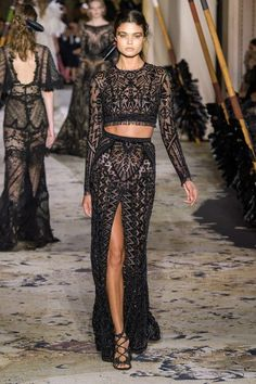 See all the Zuhair Murad Haute Couture Spring/Summer 2018 photos on Vogue. Fashion 2018, Runway Fashion, High Fashion, Fashion Show, Fashion Design, Trendy Fashion, Paris Fashion, Style Haute Couture, Spring Couture