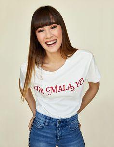 ¡Por fin vuelve la camiseta de 'Lo Malo'!- ElleSpain Kawaii Girl Drawings, Divas, Celebrity Style, Singer, T Shirts For Women, Lol, Womens Fashion, People, Hair
