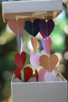 Valentina 3: caixa utilizada como centro de mesa. Ela deu o tom de mágica à festa, porque de dentro dela saía um mobile de corações.
