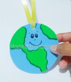 Olá galerinha linda!  Olha só que interessante.  Criei essa medalha para ser uma ideia fácil de lembrancinha no Dia do Meio Ambiente ou D...
