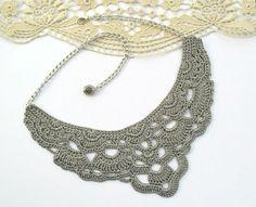He encontrado este interesante anuncio de Etsy en https://www.etsy.com/es/listing/168808506/crochet-necklace-crown-grey-bib-necklace