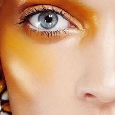 Tem gente que acha difícil usar amarelo na maquiagem, já eu acho que fica incrível. Claro que essa inspiração é mais conceitual, mas que tal aproveitar a estação mais quente pra incorporar o amarelo na maquiagem?  #jurakoza #jurakozamakeup #maquigem #maquigemcolorida #carnaval #maquiagemdecarnaval #partymakeup #glitter #glittertears #makeuplovers #makeupaddict #shimmering #loucaspormaquiagem #maquiagembrasil #summermakeup #verão #makedeverão
