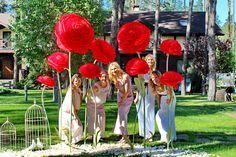 Почувствовали себя дюймовочкми!  Все-таки как прекрасно хотя бы один день  превратить в сказку!  #maryagency #agencymary #perfectwedding #redflowers #fairytalewedding