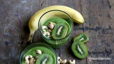 Smoothie alla banana, kiwi e spirulina Vegan Smoothies, Smoothie Recipes, Sources Of Vitamin B, Green Algae, Spirulina, Kiwi, Cucumber, Food To Make, Vitamins