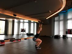 Bild: WOMAN Basketball Court, Woman, Keep Moving, Squats