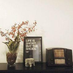 """Um lembrete importante direto da casa da @kassiacaricol. A vida é curta então faça o que te faz feliz agora. Aliás o final de semana está aí e é uma ótima oportunidade para você dar asas as suas vontades mais simples. Vamos lá?  - O pôster """"Buy The Shoes"""" faz parte da Coleção criada em parceria com o site @updateordie. Ele caiu como uma luva nesse cantinho especial da @kassiacaricol. Uma ótima inspiração para você incrementar a sua decoração: um pôster que é a sua cara um objeto antigo que…"""