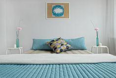 sypialnia, home staging, niebieskie dodatki, wiosenne dodatki, spring, biały stolik nocny