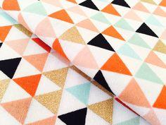 Gouden Mini driehoek w / leuke kleuren stof - Premium kleding katoen met goud, koraal en Mint - ideaal voor paai- en Home Decor ambachten door BebeFabricStudio op Etsy https://www.etsy.com/nl/listing/242117221/gouden-mini-driehoek-w-leuke-kleuren