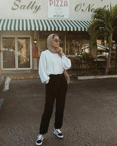 New style elegant chic sweaters ideas Modern Hijab Fashion, Street Hijab Fashion, Hijab Fashion Inspiration, Muslim Fashion, Fashion Outfits, Hijab Fashion Style, Modest Fashion, Hijab Style, Casual Hijab Outfit