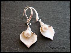 Wunderschöne Ohrringe mit Lilienanhängern und weissen Zuchtperlen. Sehr speziell und edel!     Material: hochwertig rhodinierte Lilienanhänger aus Mes