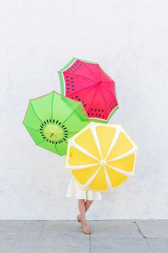 DIY Fruit Slice Umbrellas Another fruit craft here! Take a look at these DIY Fruit Slice Umbrellas! The weather can be a bit unpredictable - even in the summer, and therefore umbrellas are a necessity all year round despite the… Diy Projects To Try, Craft Projects, Diy And Crafts, Arts And Crafts, Diy Accessoires, Fruit Slice, Under My Umbrella, Rain Umbrella, Idee Diy