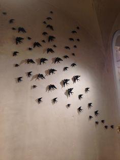 Andorinhas de cerâmica de Bordallo Pinheiro, 1896 Instalation Art, Ceramic Birds, Art N Craft, Wall Decor, Wall Art, Decoration, Portugal, Sweet Home, Ceramics