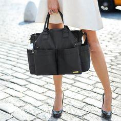 Le sac à Langer Chelsea Chic de Skip Hop vous permet de transporter toutes les affaires de bébé facilement, tout en restant très chic et tendance !