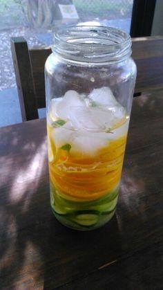 Agua saludable naranja menta lima pepino limon