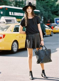 A leather pleated skirt will add instant cool to any outfit. Fashion Moda, Fashion Week, Look Fashion, Trendy Fashion, Nyc Fashion, Street Style Chic, Street Style Looks, Wearing All Black, All Black Outfit