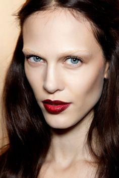 Inspiración gótica en los labios    Todas las modelos del desfile de Gucci llevaban estos labiales de color burdeos