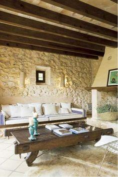 vigas, piedra y una gran chimenea:))