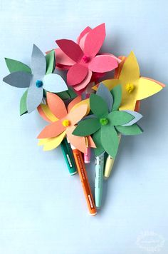 construction paper flowers Make these easy flower pens for the perfect back to school teacher's gift! Construction Paper Flowers, Diy Flowers, Flower Diy, Pilot Pens, Flower Pens, Back To School Teacher, Practical Gifts, How To Make Paper, Teacher Gifts