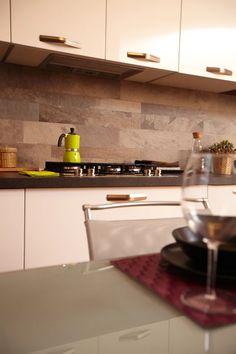 Arredamento realizzato su misura da #Semprelegno in laccato bianco opaco per illuminare l'intero ambiente con piano di lavoro dalle calde sfumature tabacco che riprendono le tonalità terra della parete retro cucina. #mobili #cucine #sumisura #cucinadesign #bespoke #madeinitaly #furniture #kitchen #designkitchen #fitted #interiors #interiortrends