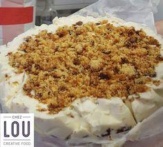 Un cheesecake de Lou tout juste prêt à déguster : éclats de cookies, sur une base de brownies.  Avec un bagel artisanal bio ou une salade fraîche bio, c'est la fête aux papilles chez Lou ! :-)