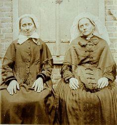 Twee vrouwen, de ene met muts, de andere met poffer Raijmakers, P. (fotograaf) -1895
