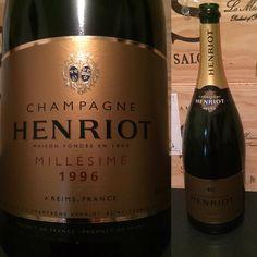 1996 Henriot Champagne Brut Millésimé Magnum. Approaching end of window, mature, like it a lot, but thought that a 96 Magnum should have more freshness and less old soft friut. #henriot #henriotchampagne #champagne #champagnepic #champagnelover #wine #winepic #winegeek #wein #wine #winelover #instawine #instawein #vin #vino #vinho #bubbly #vin #vinelsker #vinsmagning #vinprovning #finewine #champagnelife