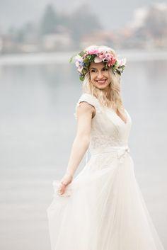 Boho Braut mit Blumenkranz in Rosa und Blau (Rose Quartz und Serenity)