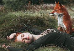 Alexandra Bochkareva slaagt erin door sublieme foto's haar fascinatie voor de kleur rood te benadrukken met prachtige roodharige modellen en een vos.