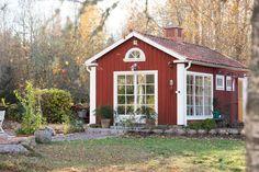 Utedag med grillning | ♥ Fyra årstider - mitt liv på landet | Bloglovin' Prefab Cottages, Sweden House, Red Houses, Red Cottage, Outdoor Rooms, Country Life, Tiny House, Shed, Home And Garden