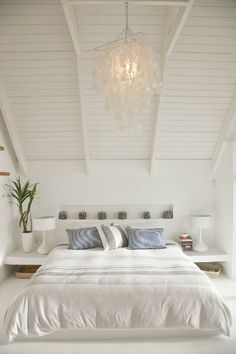 Beach House Bedroom ~ white & blue ~ upstairs idea on spaces - parfait pour maison en Guadeloupe