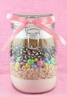Chocolate Chip Cookie Mix in a jar makes the perfect homemade gift. Mason Jar Meals, Mason Jar Gifts, Meals In A Jar, Mason Jars, Cookie Gifts, Cookie Jars, Food Gifts, M&m Cookie Jar Recipe, Kit Cookies