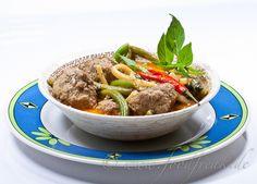 Heute gibt es mal wieder einfache, schmackhafte Kost aus Siam, inspiriert von einem Rezept von BBC Goodfood.        Rotes Thai-Curry mit HackbällchenZutaten:1 kg gemischtes Hackfleisch4 cm Ingwer, gerieben1 rote Chilischote, entkernt und gehackt1 Ei1 Esslöffel Bratfett2 Esslöffel rote Thai-Currypaste500 ml Kokosmilch, Tetrapak200 ml Wasser1 Dose (227 g) Bambussprossen, Abtropfgewicht 140 g15 ...