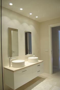 illusion: iluminación en baño con focos empotrados