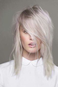 Capelli bianchi: rimedi e prodotti da utilizzare - Capelli bianchi con riflessi viola. Bleach blonde. White. Snow white hair color. Beautiful blonde bombshell!