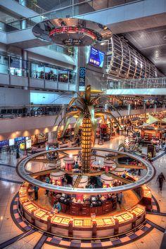 A cool looking palm tree in the Dubai international airport Dubai Airport, Dubai City, Dubai Hotel, Dubai Mall, Restaurant Hotel, Naher Osten, Dubai Holidays, Dubai Shopping, Visit Dubai