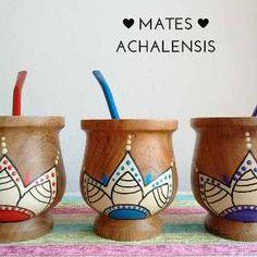 Mates De Madera Pintados A Mano - Achalensis - $ 170,00 en Mercado Libre Decoupage Art, Posca, Painted Pots, Craft Business, Pottery Painting, Hacks Diy, Clay Pots, Ceramic Art, Flower Pots