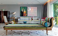 Divã Versalhes e poltrona Wiggle, de Frank Gehry, da Ouvidor Interiores, um par de poltronas de Warren Plattner, as luminárias Taccia e Arco, de Achille e Pier Giacomo Castiglioni, tapete Avanti, tecidos são Designers Guild.