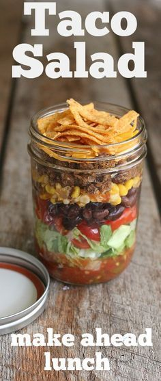 Taco Salad in a Jar -- This quick and easy lunch recipe is not only delicious, it's packed with healthy food! Layers of lettuce, tomatoes, beans and more! Mason Jar Lunch, Mason Jar Meals, Meals In A Jar, Mason Jars, Mason Jar Breakfast, Lunch Recipes, Mexican Food Recipes, Cooking Recipes, Jar Recipes