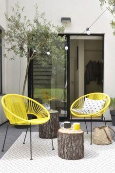 Patio avec fauteuils jaunes