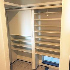 4LDKで、家族の、玄関/入り口/ロールスクリーン/シューズクロークについてのインテリア実例。 「シューズクローク ロ...」 (2017-06-14 17:40:19に共有されました) Shoe Room, Natural Interior, Treatment Rooms, My Room, Home Crafts, Entrance, House Plans, Bookcase, Shelves
