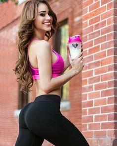 """Amo mi malteada que suple comidas de @womensbest sabe muy bien y contiene muchas vitaminas ya envían a México y si quieres el 10% de descuento puedes usar mi código """" yanet10 """" en el checkout de www.womensbest.com #womensbest by: @iamyanetgarcia"""
