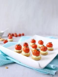 Recette Sablés apéritifs ricotta et tomates cerise rôties, notre recette Sablés apéritifs ricotta et tomates cerise rôties - aufeminin.com Savory Snacks, Canapes, Mini Cupcakes, Entrees, Buffet, Panna Cotta, Cheesecake, Food And Drink, Appetizers