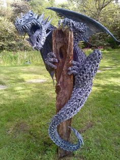 The History of Gargoyles & Grotesques (Facts, Information, Pictures) - Going To Tehran Dragon Statue, Dragon Art, Koi Dragon, Japanese Dragon, Magical Creatures, Fantasy Creatures, Fantasy Dragon, Fantasy Art, Beautiful Dragon