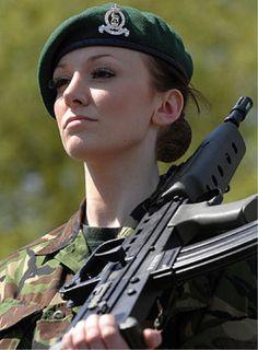 Royal Army female soldier História Do Mundo a3f9af32502